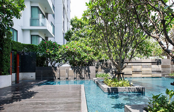 The-Room-Sukhumvit-62-Bangkok-condo-for-sale-swimming-pool-600x385